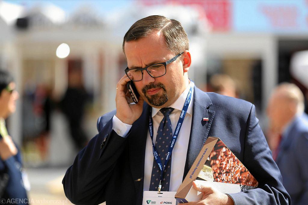Posłowie PiS niespodziewanie zgłosili projekt podwyższenia składek ZUS dla osób zarabiających ponad 8 tys. zł netto miesięcznie. Na ich czele stanął Marcin Horała