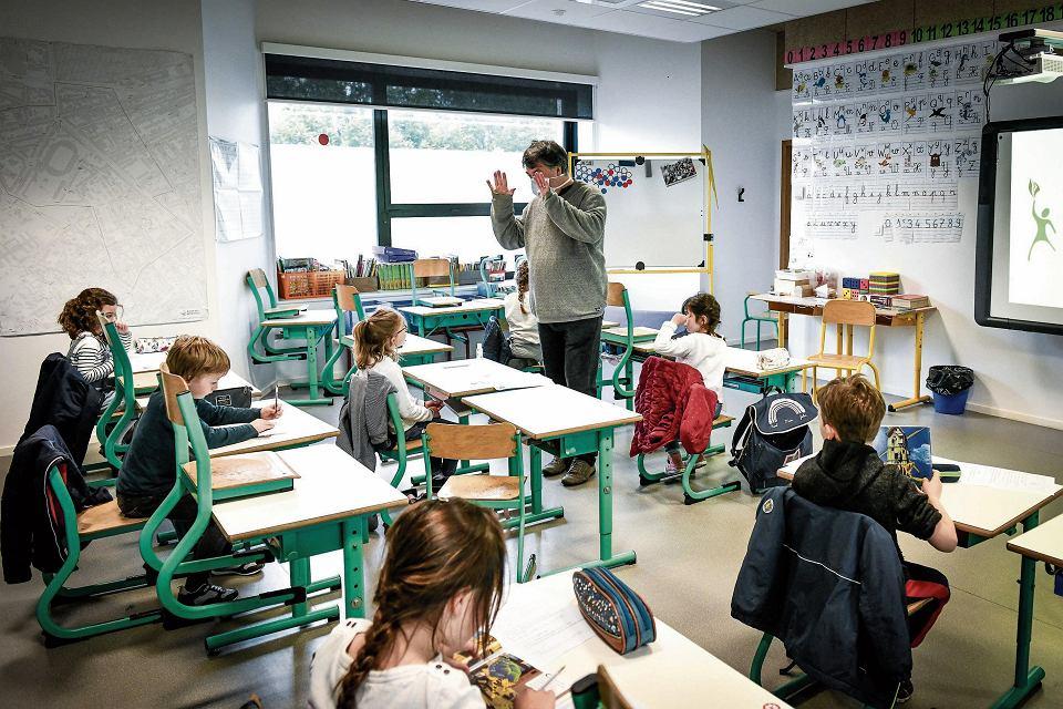 Edukacja.  Jak będzie wyglądał nowy rok szkolny w Polsce i we Francji. Na zdjęciu  szkoła z Bordeaux w czerwcu. Wtedy na kilka tygodni przywrócono stacjonarną naukę.