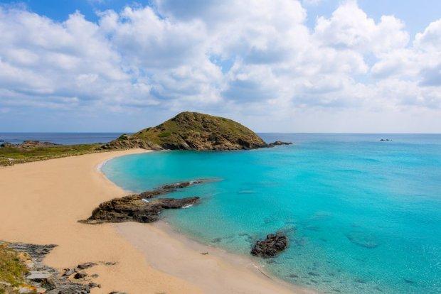 Jedna z urokliwych plaż Minorki/ Fot. Shutterstock