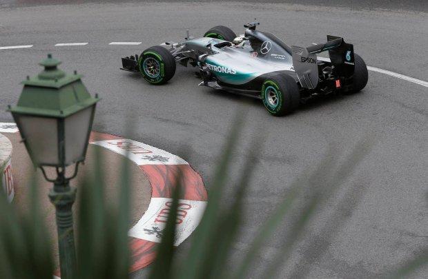 F1. Ruletka w Monaco. Hamilton przechytrzył Red Bulla, który pokonał się sam