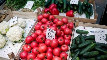 Warzywa i owoce na targowisku (zdjęcie ilustracyjne)