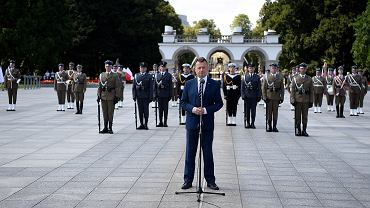 Minister Mariusz Błaszczak ogłaszający jak będą wyglądały tegoroczne obchody święta Wojska Polskiego