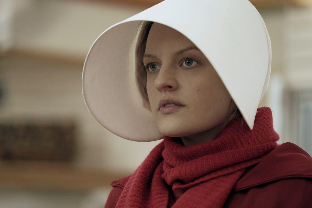 Freda, główna bohaterka serialu 'Opowieść podręcznej', grana przez Elisabeth Moss
