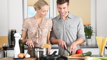 Facet w kuchni