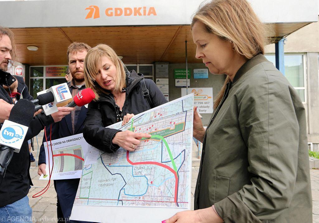 Działacze stowarzyszeń Miasto Jest Nasze oraz Sąsiedzi dla Wesołej prezentują przed siedzibą GDDKiA mapę z projektowaną trasą obwodnicy