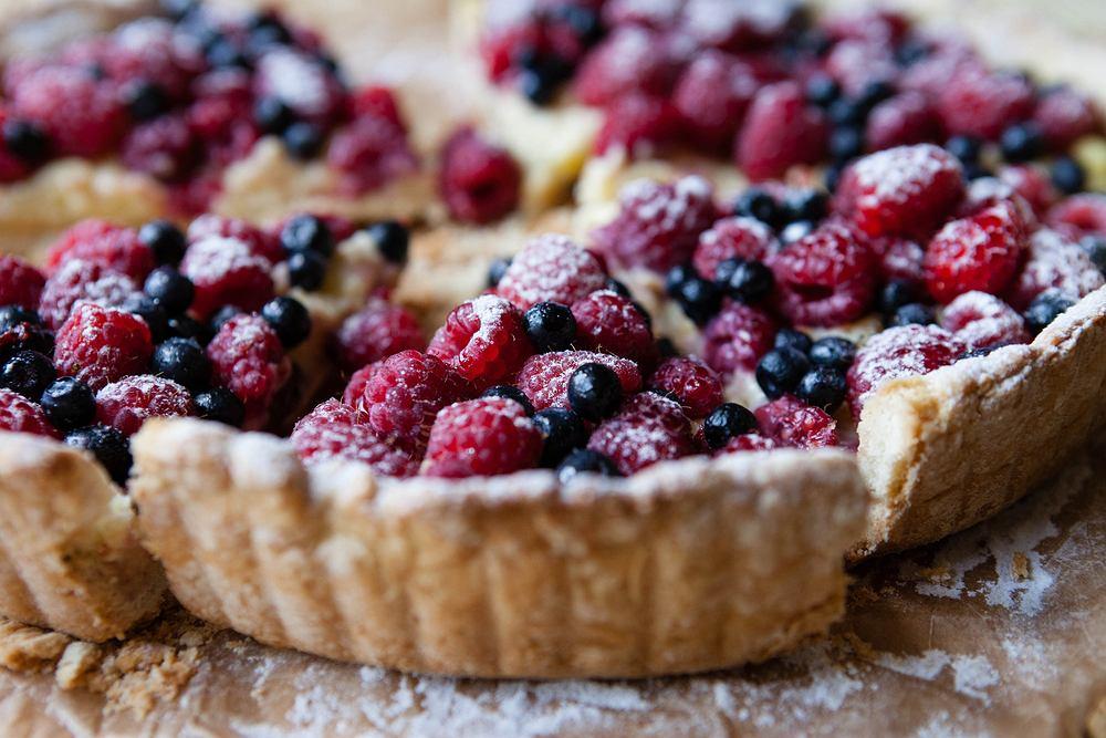 Tarta z owocami powinna być piękna! Ozdób ją serkiem mascarpone lub budyniem i sezonowymi owocami