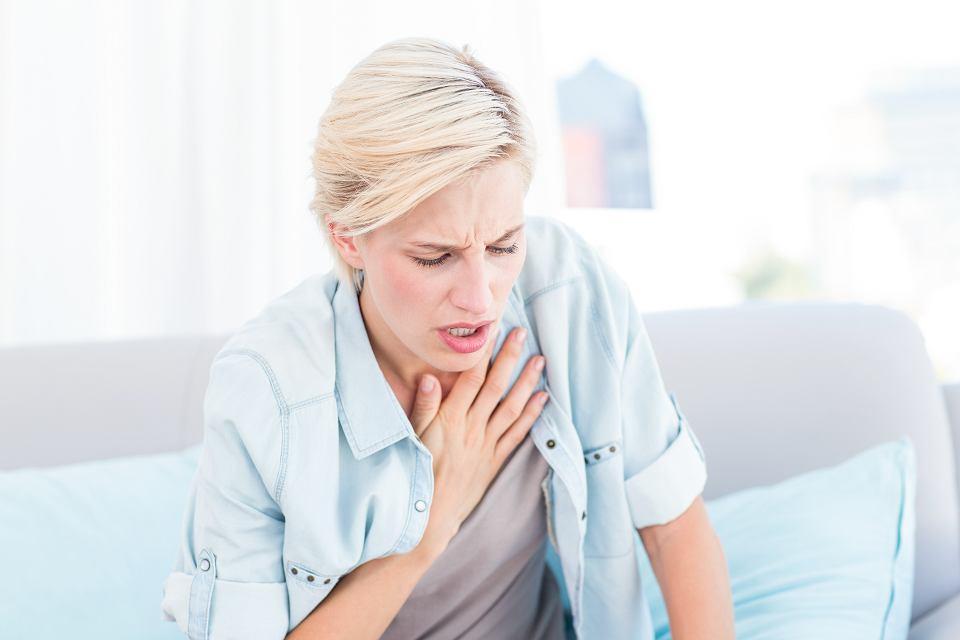 Czasami po przechorowaniu COVID-19, wciąż pojawiają się problemy z dusznością czy połykaniem.
