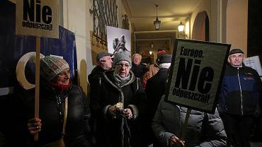Demonstracja 'Światło w obronie niezależnych sądów' zorganizowana przed sądem okręgowym przez Świętokrzyski Komitet Obrony Demokracji. Kielce, 3 lutego 2019
