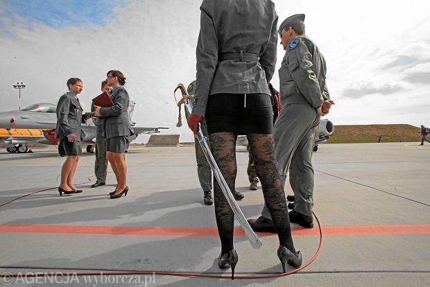 Uroczyste zakończenie szkolenia podstawowego pilotów F16 w 31 Bazie Lotnictwa Taktycznego w Krzesinach, 04.2011 r.