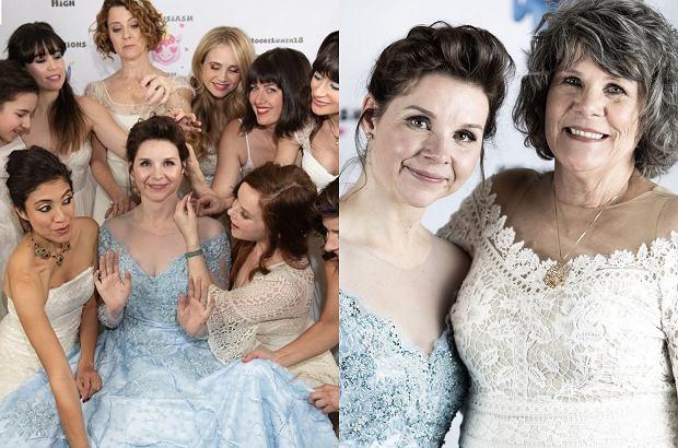 Zdjęcie numer 1 w galerii - Poprosiła, by na jej ślub kobiety przyszły w swoich sukniach ślubnych. Miała ważny powód, a efekt przeszedł oczekiwania
