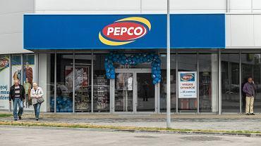 Pepco sprzedaje hitowe klapki. Podobne kupisz w Biedronce