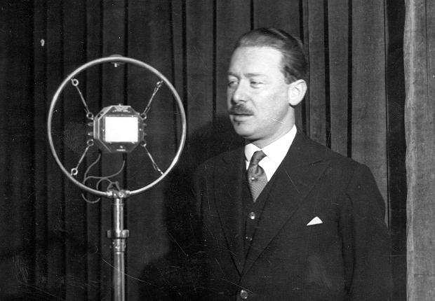 Warszawa, listopad 1931 r. Prezes PKO Henryk Gruber (1892-1973) przed mikrofonem w studiu Polskiego Radia nagrywa audycję popularyzującą oszczędzanie.