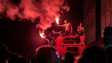 Wygraną 1:0 w majowym meczu z Lechem Poznań piłkarze Piasta Gliwice przypieczętowali pierwszy tytuł mistrzów Polski w historii klubu. Po meczu wsiedli do specjalnie przygotowanego autobusu i pojechali świętować na plac Krakowski, gdzie czekali na nich rozanieleni kibice