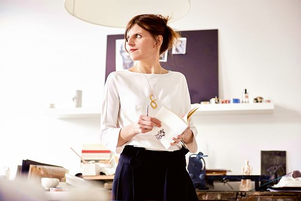 Agnieszka Barnat artystka grafik, ceramik, absolwentka Europejskiej Akademii Sztuk wWarszawie. Od 2006 roku uczy ceramiki artystycznej igraficznej, organizując kursy iwarsztaty we własnej pracowni oraz jako wykładowca Uniwersytetu Warszawskiego na kierunku sztuka; jest dyrektorem szkoły inauczycielem wzałożonej przez siebie szkole ceramiki Ceramiq.