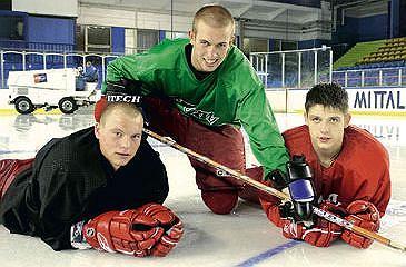 Młodzi hokeiści Zagłębia (od lewej): Tobiasz Bernat, Rafał Tkacz i Łukasz Podsiadło kontynuuja rodzinne tradycje. Rok 2005
