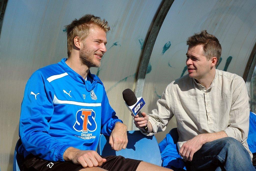 Kontuzjowany Paulus Arajuuri i dziennikarz Lech TV Piotr Chołdrych