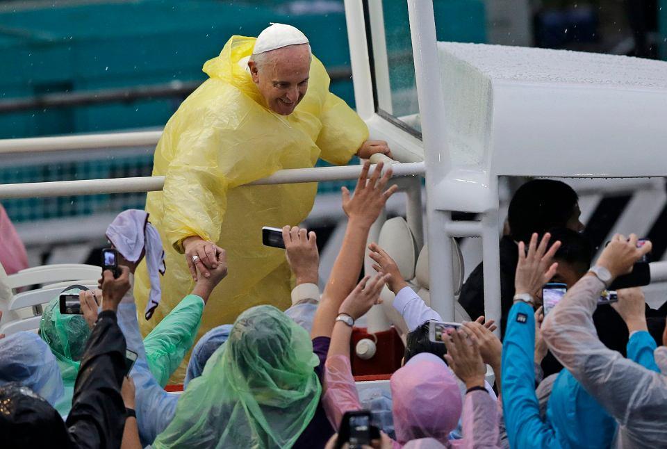 Papież Franciszek pozdrawia uczestników mszy świętej w Manili