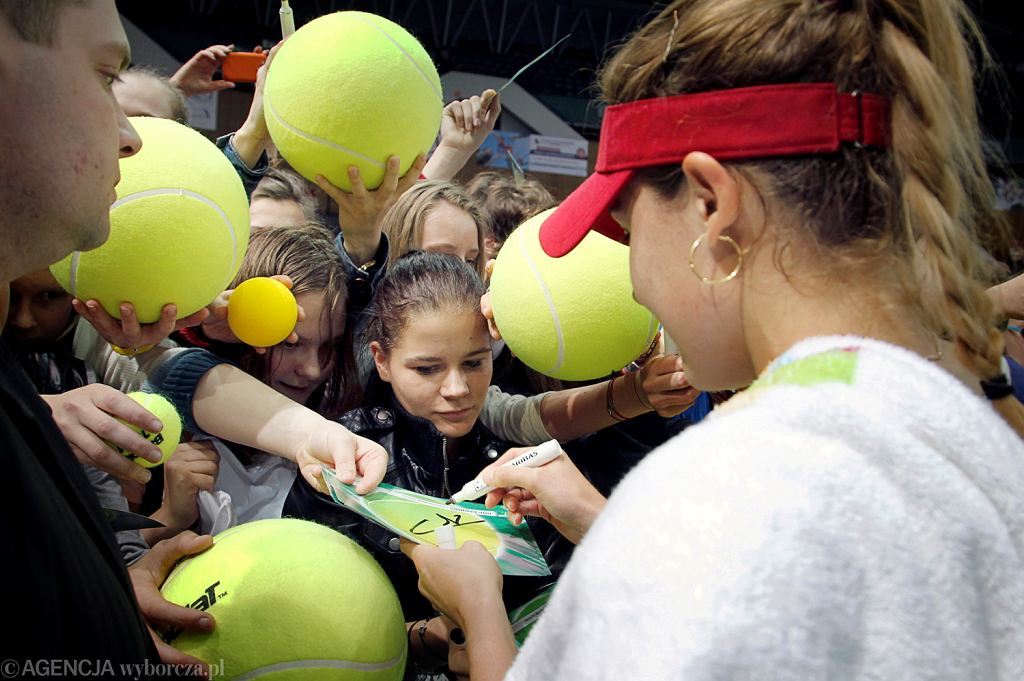 Katowice, 13 kwietnia 2014. Turniej tenisowy BNP Paribas Katowice Open - Alize Cornet rozdaje autografy