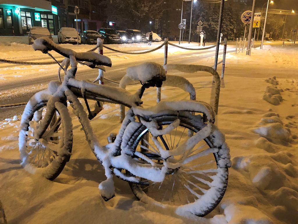 Białystok, 25 stycznia 2021. Warunki na drogach są fatalne, jest bardzo ślisko. Śnieg sypie od kilku godzin, w ciągu dnia w mieście i regionie może go spaść nawet 30 cm.