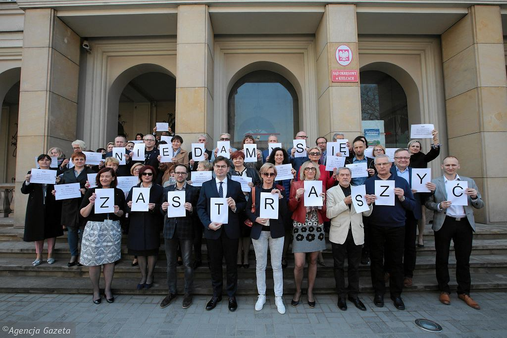 Kielce, 9 kwietnia 2019 roku. Protest sędziów przeciwko postępowaniom dyscyplinarnym przed Sądem Okręgowym w Kielcach