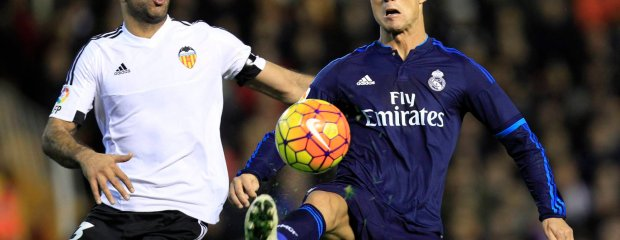 Real Madrid's Cristiano Ronaldo duels for the ball with Valencia's Aymen Abdennour during a Spanish La Liga soccer match at the Mestalla stadium in Valencia, Spain, Sunday, Jan. 3, 2016. (AP Photo/Alberto Saiz) SLOWA KLUCZOWE: XLALIGAX