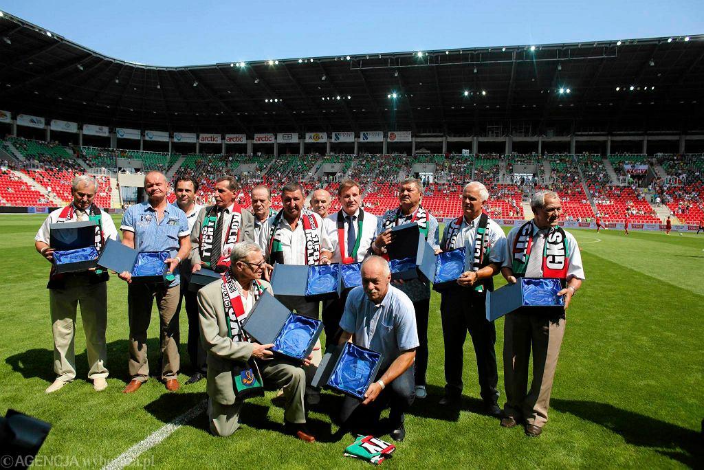 Drużyna GKS-u Tychy z 1976 roku, która grała w meczu z FC Koeln. Czwarty z prawej stoi Jerzy Kubica