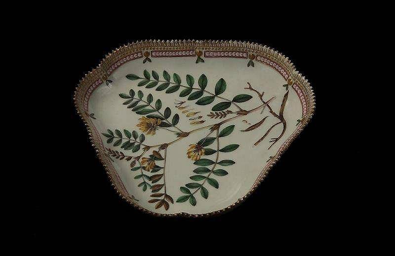 Trójkątny półmisek, porcelana Flora Danica, ok. 1800, dekoracja na półmisku: Astragalus glycyphyllos (Traganek szerokolistny) / Mat. prasowe