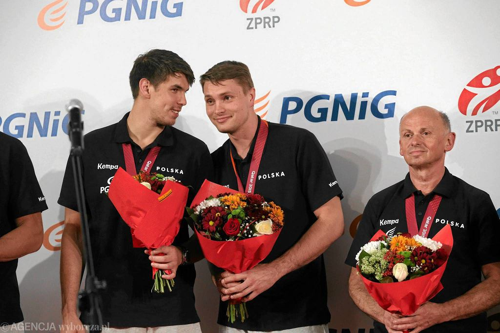 Jerzy Buczak (pierwszy z prawej) podczas powitania na lotnisku w Warszawie stanął przy bohaterze meczu o brąz Michale Szybie. To m.in. dzięki niemu