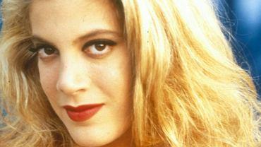 Tori Spelling zyskała popularność dzięki roli Donny w kultowym serialu 'Beverly Hills 90210'. Dziś już zupełnie nie przypomina granej przez siebie bohaterki i nie chodzi tu tylko o upływ czasu. Tori rozmiłowała się w medycynie estetycznej, a poddawanie się kolejnym zabiegom zmieniło jej twarz nie do poznania.