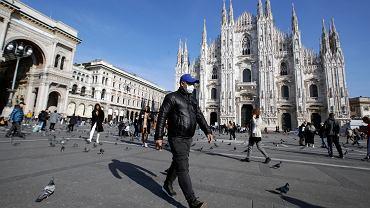 Mieszkaniec Mediolanu przed słynną katedra w sercu miasta, 24 lutego 2020 r.