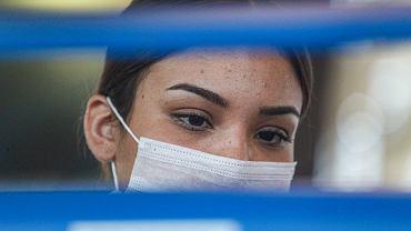 Koronawirus. W jaki sposób się przenosi? Czy warto nosić maseczki ochronne? (zdjęcie ilustracyjne)