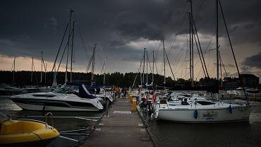 Port na jeziorze w Mikołajkach.
