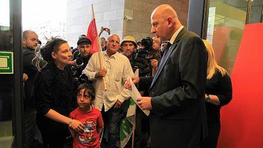 Romowie z Wrocławia i działacze Nomady wręczają petycję prezydentowi Rafałowi Dutkiewiczowi przed spotkaniem z premier Ewą Kopacz w Capitoly