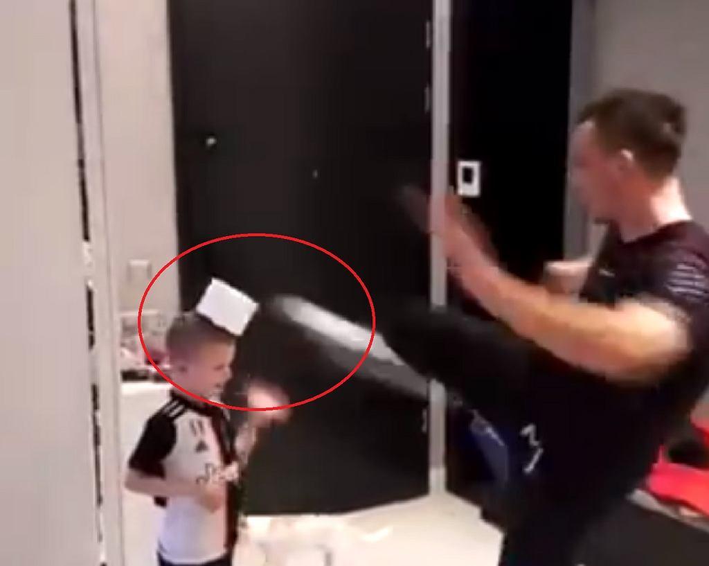 Sławomir Peszko wykonuje 'Toilet Paper Challenge'