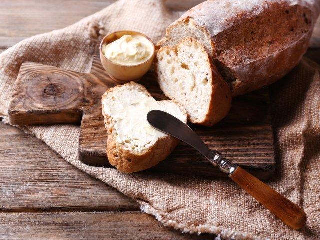 Domowe masło najlepiej wychodzi z wiejskiej śmietanki, da się je jednak zrobić również ze śmietan dostępnych w sklepach.