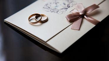 Zaproszenia ślubne. Gotowe czy wykonane samodzielnie? Jak je adresować i wręczać? Zdjęcie ilustracyjne