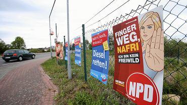 Przygraniczne Löcknitz. Plakaty wyborcze NPD i AfD - zdjęcie ilustracyjne