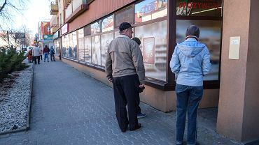 Koronawirus. Przepis o godzinach zakupów dla seniorów zaczął obowiązywać w czwartek. Tego dnia kolejek przed sklepami nie bylo. Problem był głównie w środę