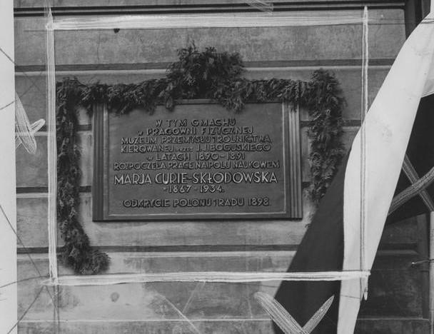 Tablica pamiątkowa ku czci Marii Skłodowskiej - Curie na gmachu muzeum (fot. Narodowe Archiwum Cyfrowe)