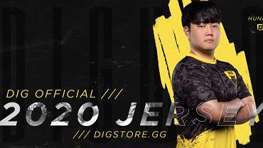 Heo 'Huni' Seung-hoon prezentujący nowe koszulki DIG. Źródło: Twitter, 2020