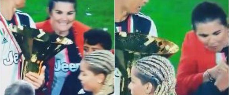 Cristiano Ronaldo po zdobyciu Mistrzostw Włoch wymachiwał pucharem. W pewnym momencie uderzył nim... syna [VIDEO]