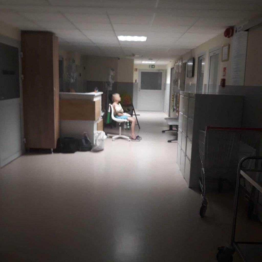 Kacper Szczucki ogląda mecz w szpitalnym korytarzu