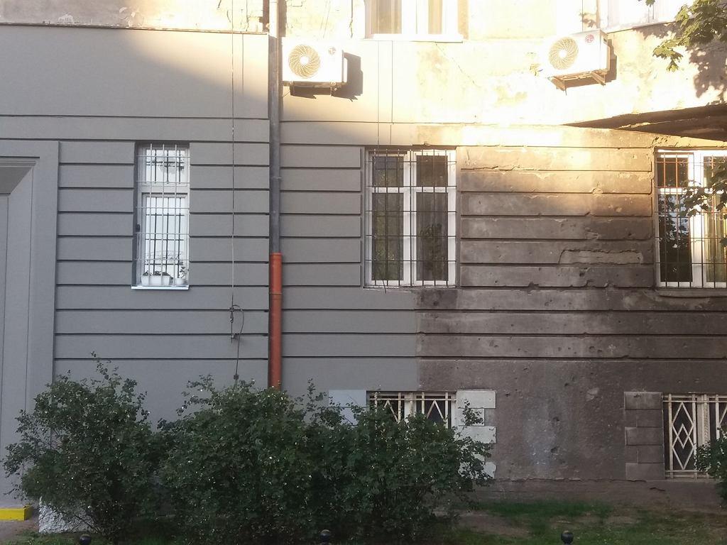 Zakleili dziury po pociskach z Powstania Warszawskiego. 'Ludzie nie chcą mieszkać w zniszczonym budynku'