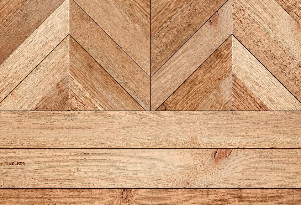 Drewniana podłoga w kolorze naturalnym.
