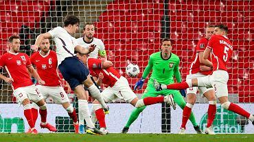 Wojciech Szczęsny nie zatrzyma tego strzału Harry'ego Maguire'a i Anglia wygra z Polską 2:1