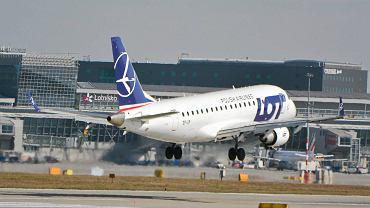 Samolot LOT-u nad pasem startowym na Lotnisku Chopina
