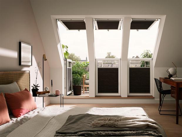 Okna w zestawach w sypialni ze skosami