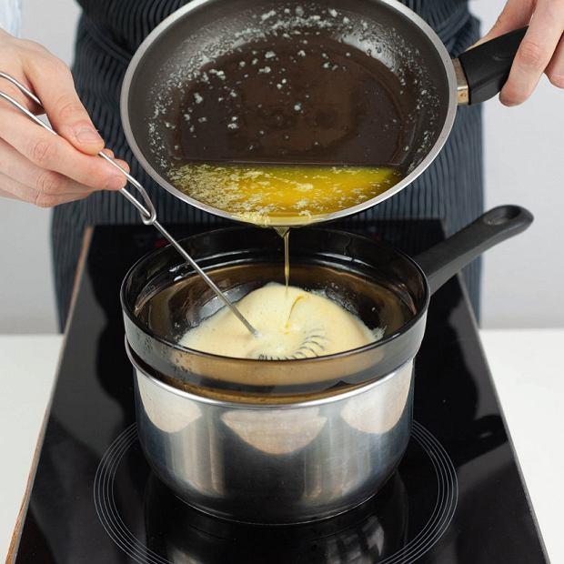 Sos holenderski: ciągle ubijając, wtłaczamy powoli do masy żółtkowej roztopione i ciepłe masło.