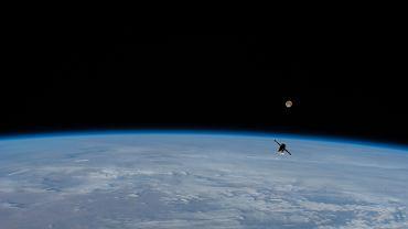 Statek 75P niedługo po odłączeniu od ISS na tle 'superksiężyca'