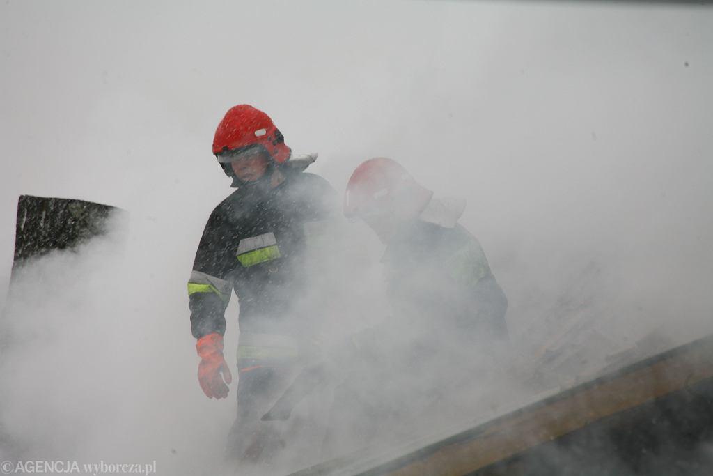 Strażacy gaszą pożar w bloku w Jeleniej Górze. Zdjęcie ilustracyjne.